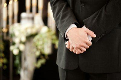 Agenzia funebre: vestizione della salma